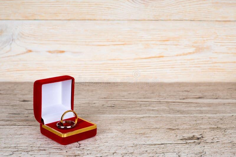 Anéis dos pares na caixa de presente na tabela de madeira fotografia de stock royalty free