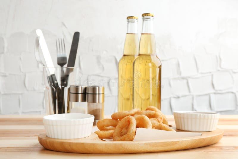 Anéis e bacias de cebola saborosos com molho fotos de stock