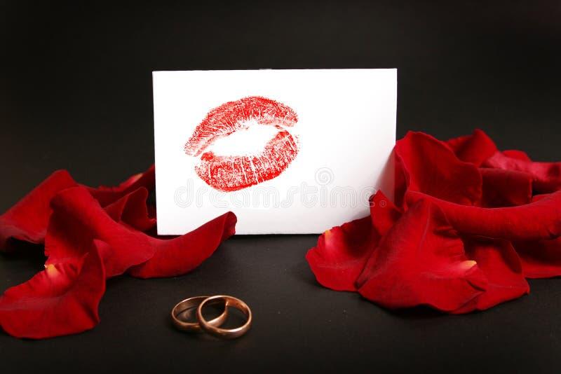 Anéis e beijo de casamento foto de stock