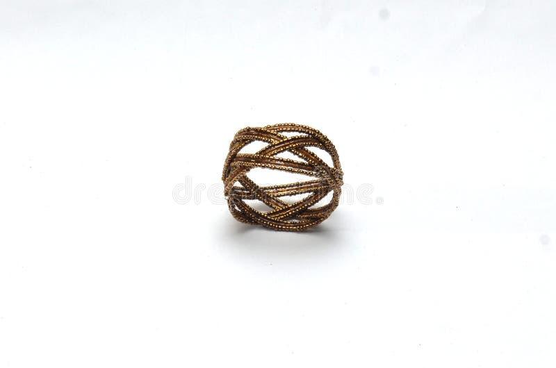 Anéis e braceletes plásticos na corrente do marrom escuro fotografia de stock royalty free