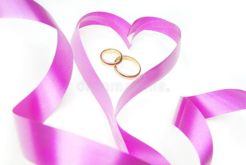 Anéis e coração de casamento imagem de stock royalty free
