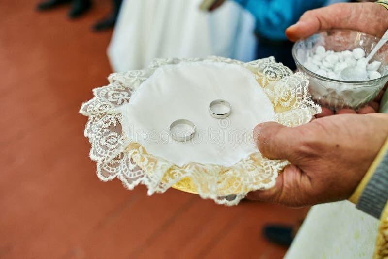 Anéis em uma cerimônia de casamento na igreja foto de stock royalty free