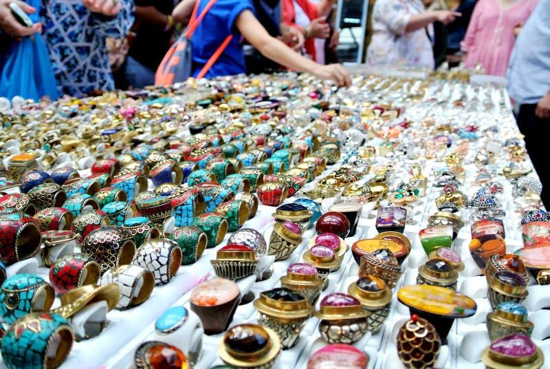Anéis em uma tenda do mercado foto de stock