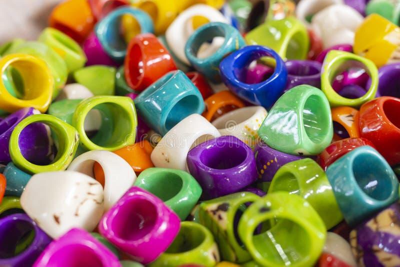 anéis feitos a mão de várias cores, feitos com materiais reciclados, San Andres Colombia imagem de stock royalty free