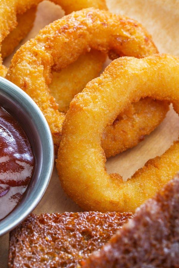 Anéis fritados close-up do calamar com pão fotografia de stock royalty free