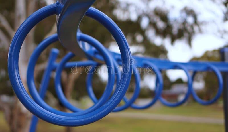 Anéis ginásticos azuis foto de stock