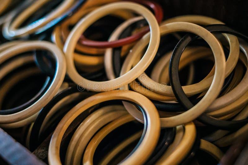 Anéis plásticos velhos com cores diferentes fotos de stock