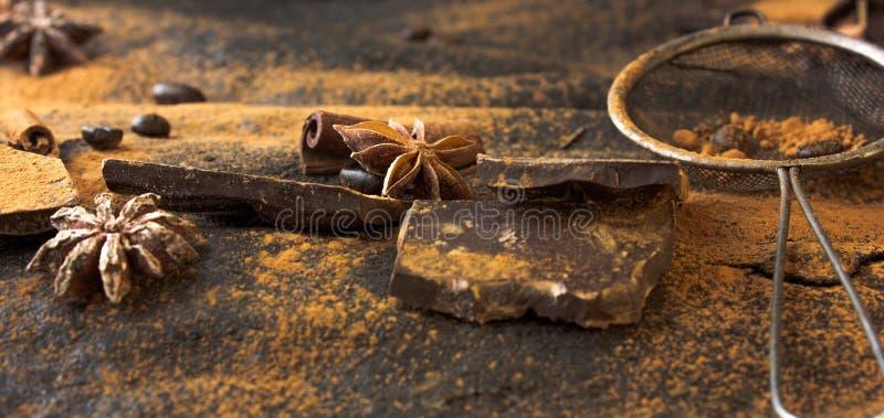 Anís, canela y nuez moscada moscada de estrella en fondo negro fotos de archivo