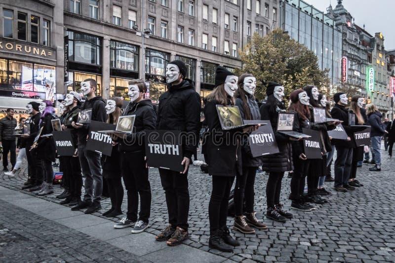 Anónimo para la ejecución sorda en Praga fotografía de archivo libre de regalías