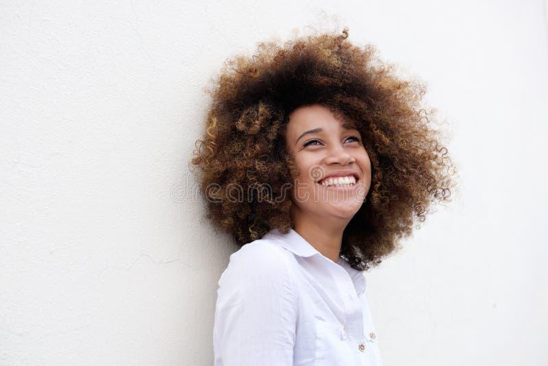 Anúncio de riso da jovem mulher feliz que olha acima foto de stock royalty free