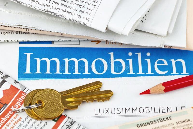 Anúncio dos bens imobiliários no jornal foto de stock
