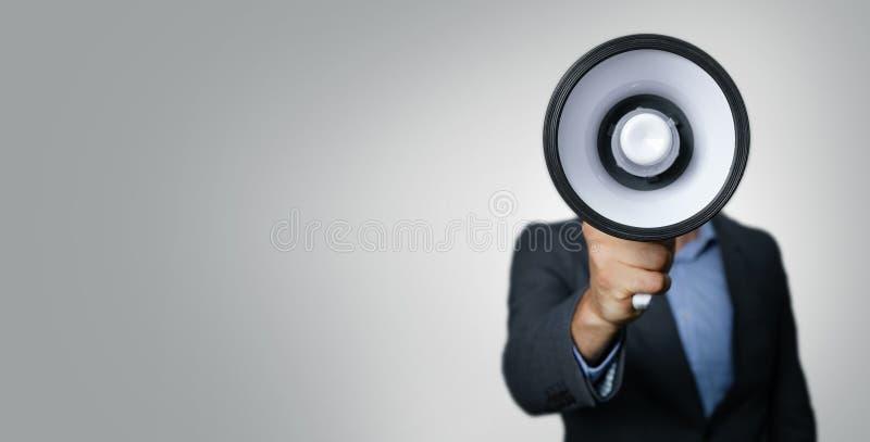 Anúncio - homem de negócios com o megafone na frente da cara foto de stock