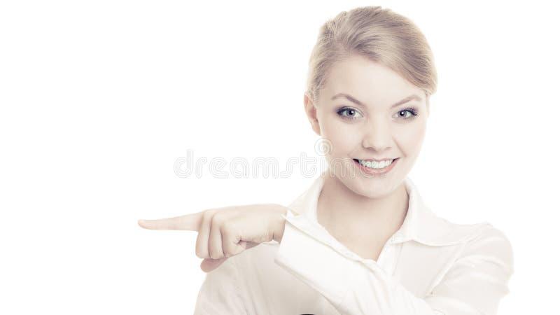 Anúncio Mulher de negócios que mostra o espaço vazio da cópia imagem de stock