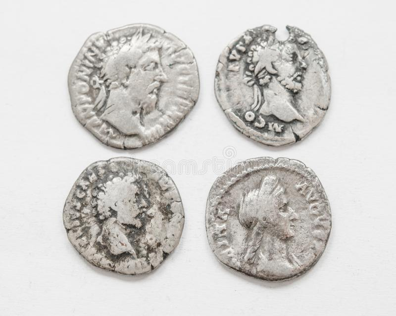 ANÚNCIO romano de prata do século das moedas 4-5, trabalho áspero, imperadores pequenos dos retratos fotografia de stock