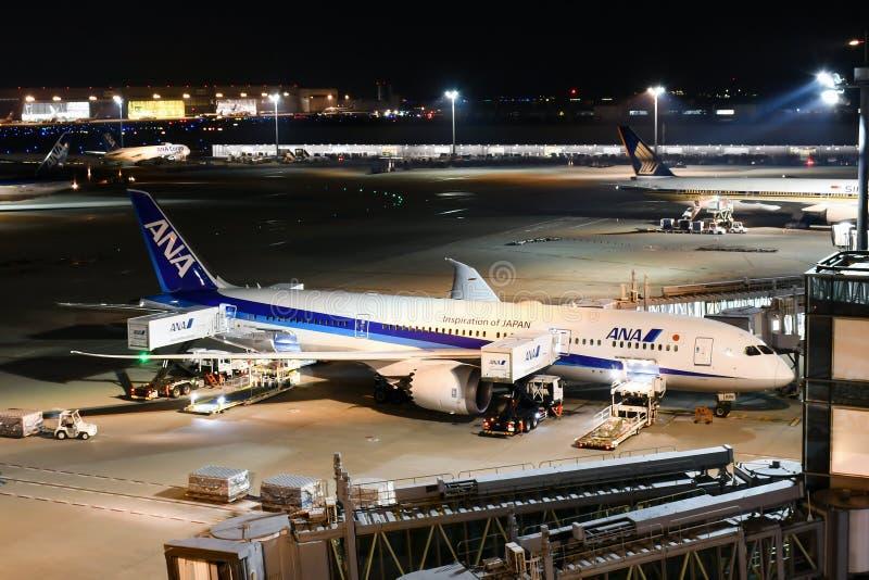 ANA All Nippon Airways Jet durante a preparação do voo em Haneda A imagens de stock royalty free