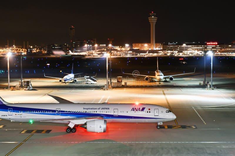 ANA All Nippon Airways Jet que Taxiing no aeroporto de Haneda fotografia de stock royalty free
