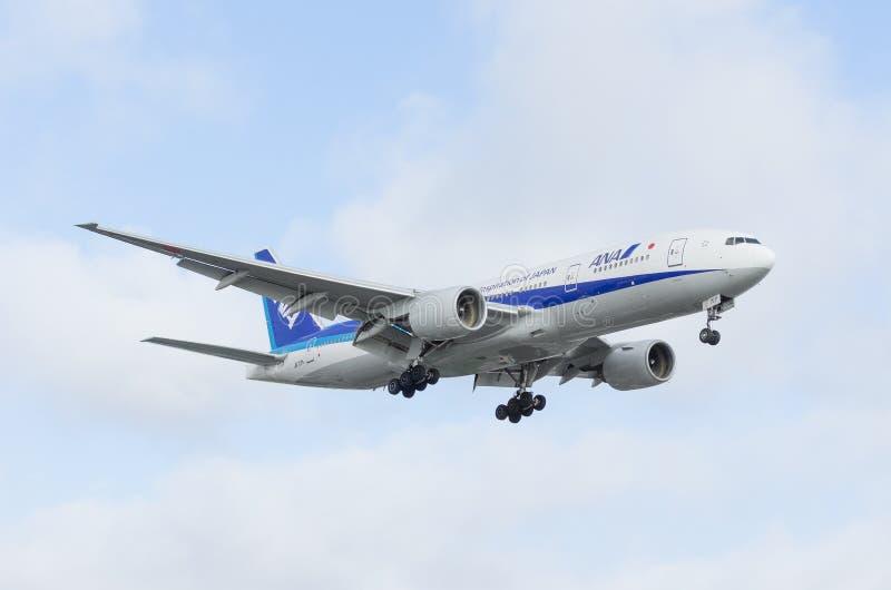 ANA Boeing 777 που πλησιάζει για την προσγείωση στοκ εικόνα