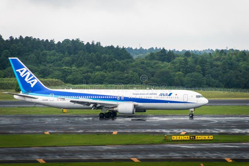 ANA-Flugzeuge - Boeing 767-381 - besteuernd an internationalem Flughafen Narita stockfoto