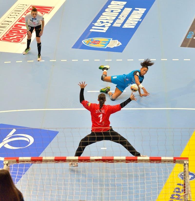 Ana Paula Rodrigues, speler van de aanvallen van CSM Boekarest tijdens de gelijke met MKS Selgros Lublin stock afbeelding