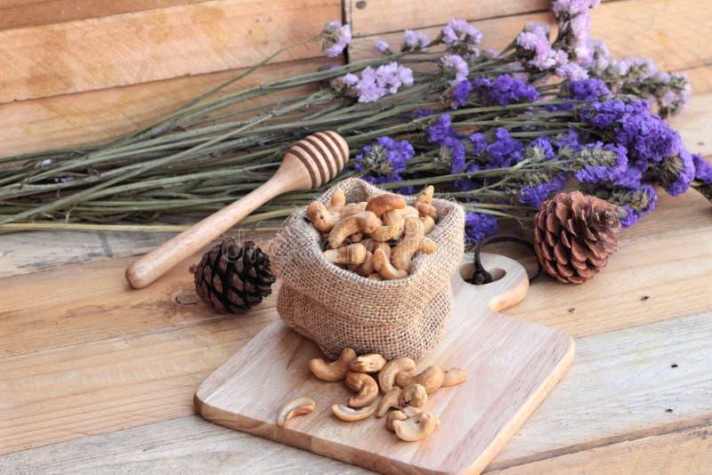 Anacardes rôtis avec naturel sur le fond en bois photos libres de droits