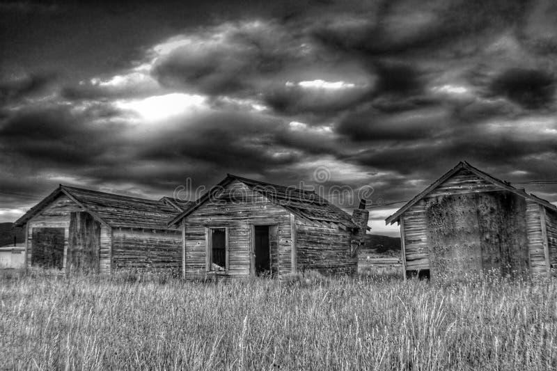 Получившееся отказ снабжение жилищем фермы в сельском Anaconda, Монтане Соединенных Штатах стоковые изображения rf