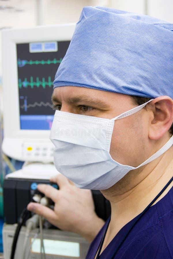 Anaesthetist mit Überwachungsgerät lizenzfreie stockfotografie
