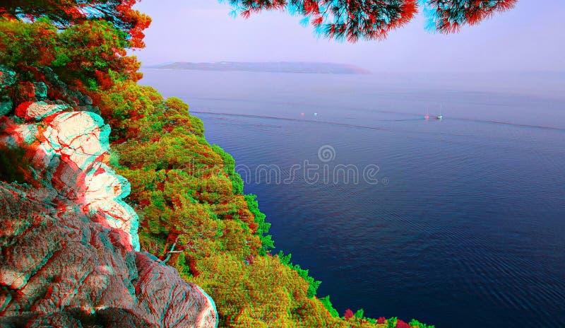 Anaglyph 3D Kiefern verbiegen über ein felsiges Ufer Blaue Seeansicht lizenzfreie stockfotografie