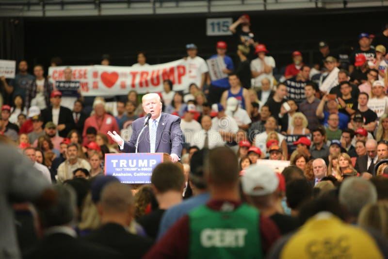 ANAHEIM CALIFORNIA, el 25 de mayo de 2016: Los millares de partidarios, muestras de la onda y muestran su ayuda para el candidato imagen de archivo