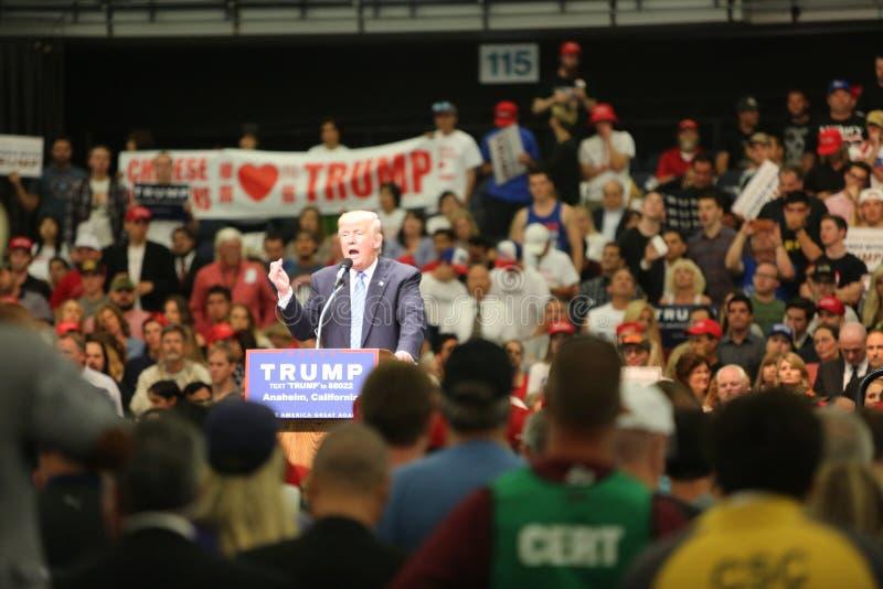 ANAHEIM CALIFORNIA, el 25 de mayo de 2016: Los millares de partidarios, muestras de la onda y muestran su ayuda para el candidato foto de archivo