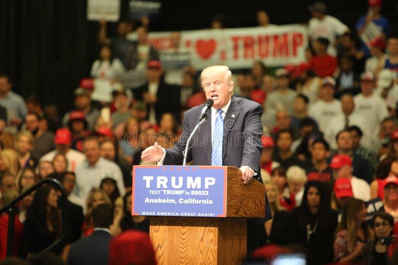 ANAHEIM CALIFORNIA, el 25 de mayo de 2016: Los millares de partidarios, muestras de la onda y muestran su ayuda para el candidato foto de archivo libre de regalías