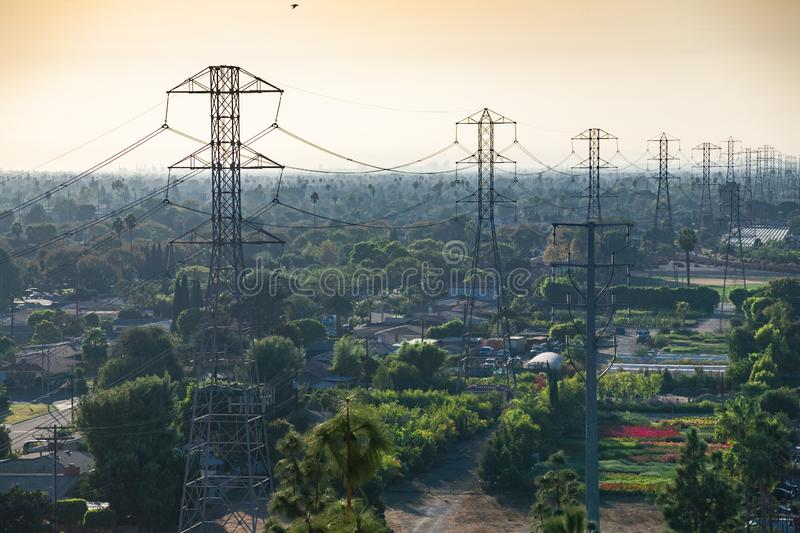 Anaheim Transmission Towers amid Trees and Gardens stock afbeeldingen