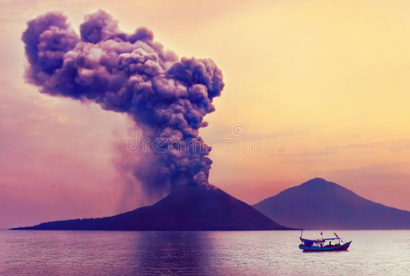 anak爆发印度尼西亚krakatau火山 免版税库存照片