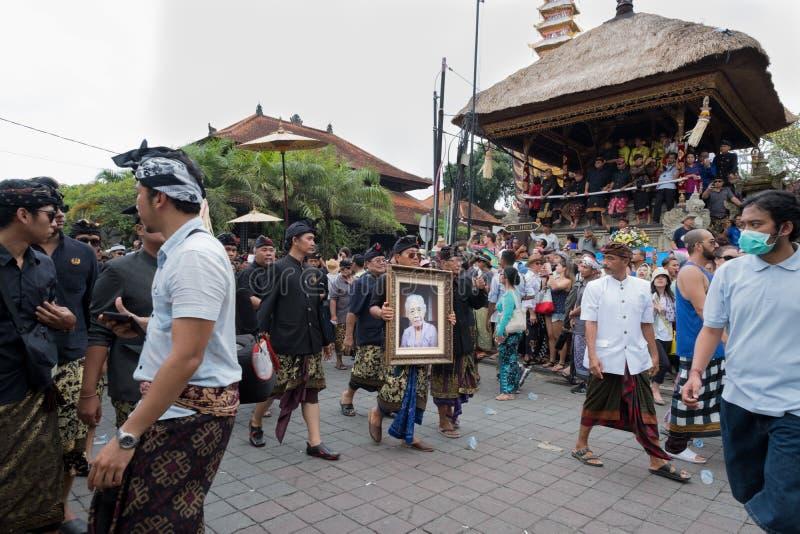 Anak阿贡尼昂阿贡被构筑的照片在她的葬礼和火葬时运载了在Ubud,巴厘岛2018年3月2日 库存图片