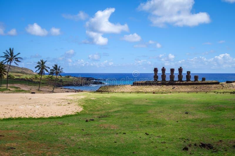 Anakena Palm Beach och Moais statyer placerar ahuen Nao Nao, easter är arkivbild