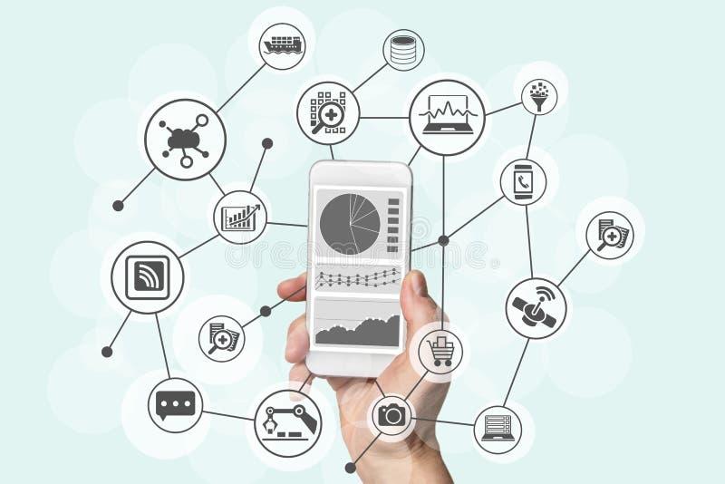 Analítica com caráter de previsão e conceito grande dos dados com a mão que guarda o telefone esperto moderno para analisar dados foto de stock