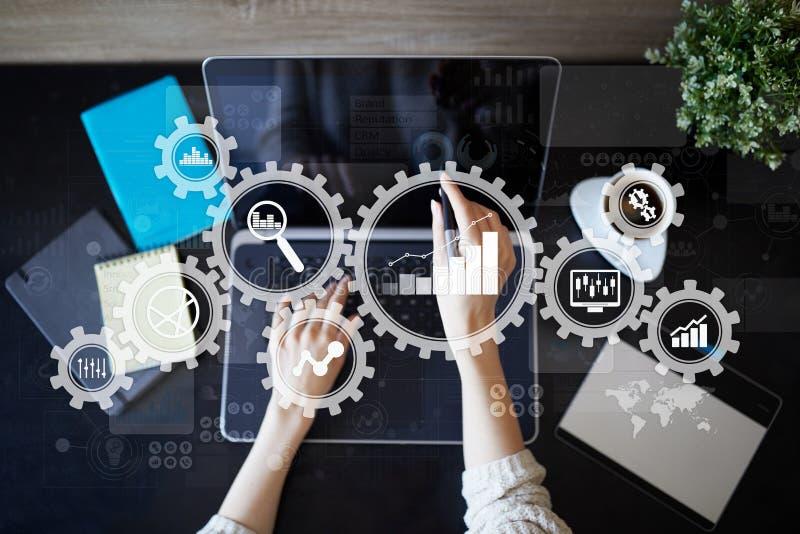 Analítica grande dos dados Conceito da inteligência empresarial do BI com ícones da carta e do gráfico na tela virtual imagens de stock