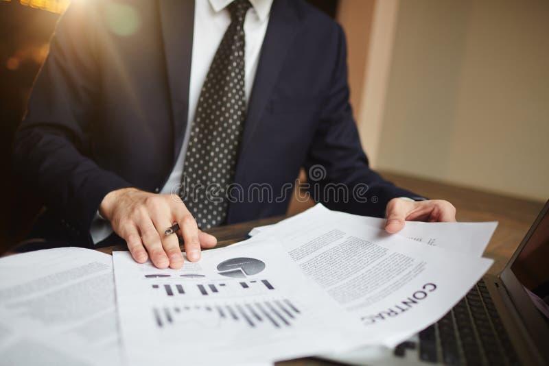 Analítico financiero acertado en el trabajo foto de archivo libre de regalías