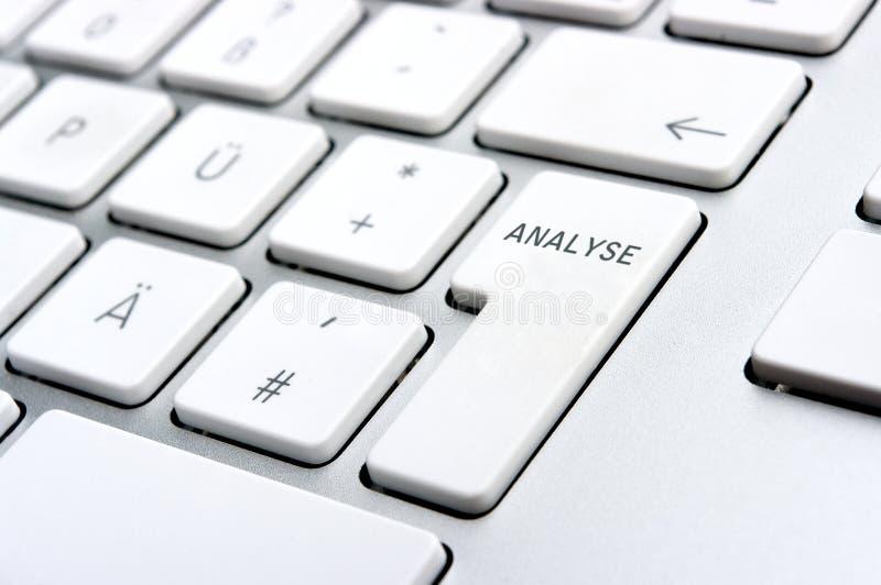 Analice la insignia en el teclado de la PC imágenes de archivo libres de regalías