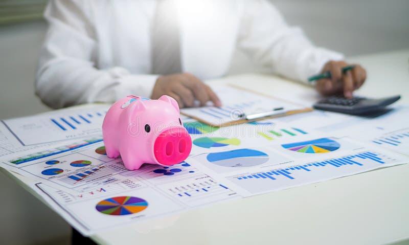 analisando cartas e gráficos da renda com calculadora imagens de stock royalty free