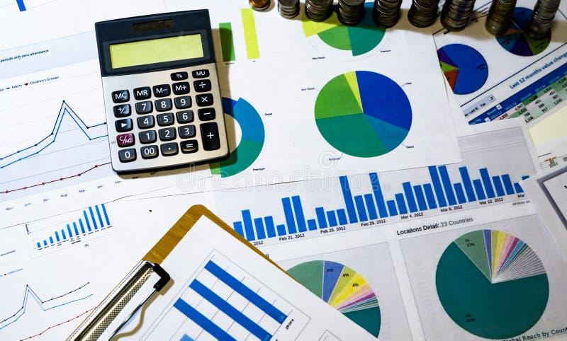 analisando cartas e gráficos da renda com calculadora fotos de stock