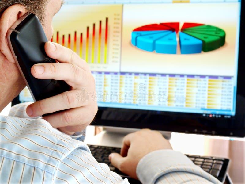 Analisando dados no computador. fotografia de stock royalty free