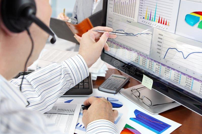 Analisando dados no computador imagens de stock