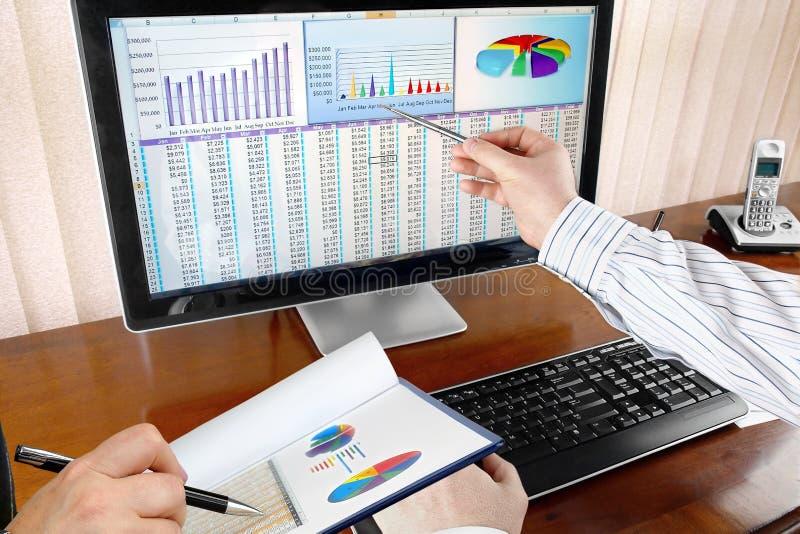 Analisando dados no computador fotografia de stock