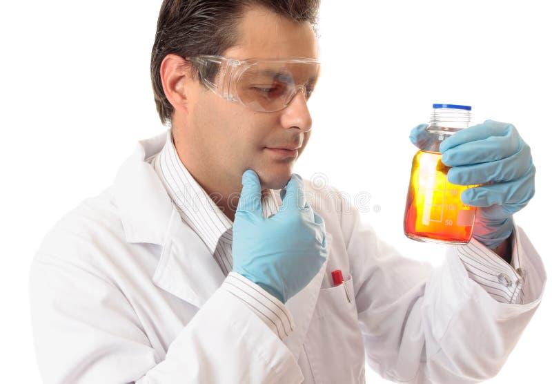 Analisando misturas químicas imagem de stock