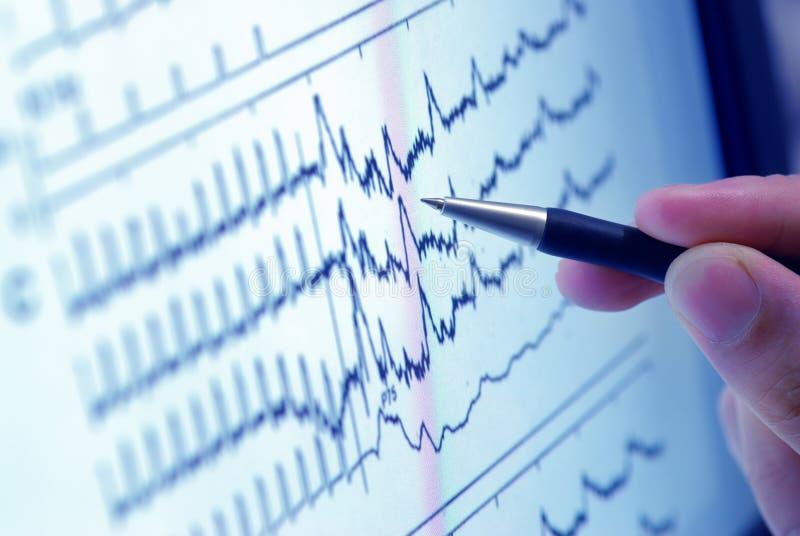 Analisando o gráfico na tela fotos de stock royalty free