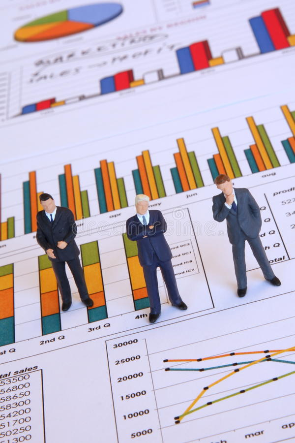 Analisando o relatório de negócio fotografia de stock royalty free