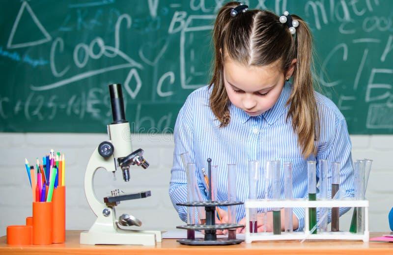 Analisi chimica Provette con le sostanze Vetreria per laboratorio Laboratorio della scuola Comportamento astuto dello studente de fotografia stock libera da diritti