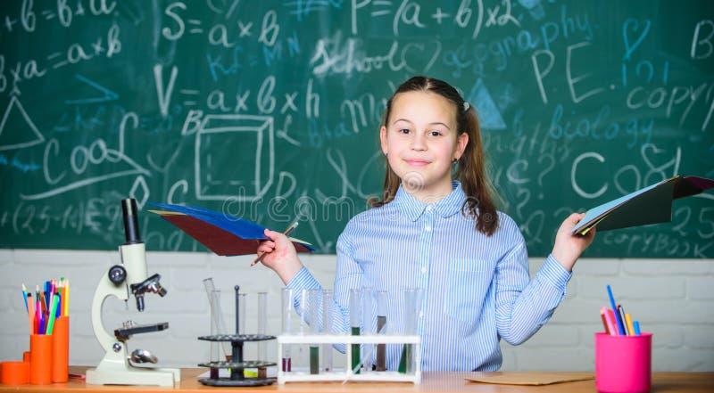Analisi chimica Vetreria per laboratorio Laboratorio della scuola Esperimento astuto della scuola di comportamento dello studente immagini stock libere da diritti