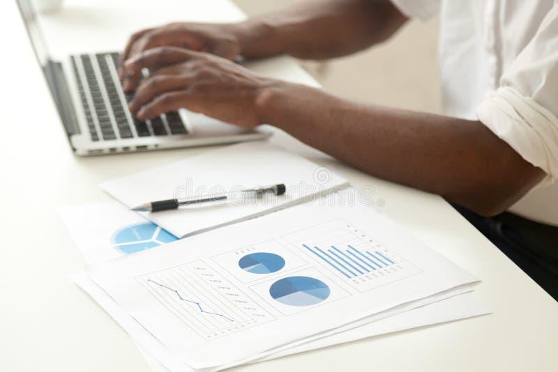Analisi dei dati e statistiche d'impresa concetto, afroamericano immagini stock