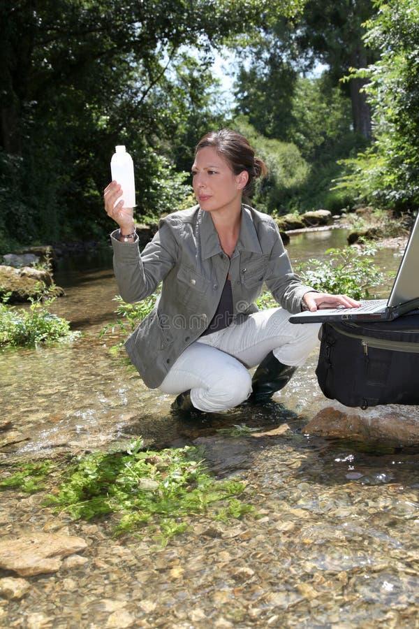 Analisi dell'acqua di fiume fotografia stock libera da diritti